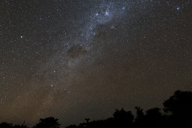 Melkweg en sterrenhemel boven de bergen op het eiland bali.