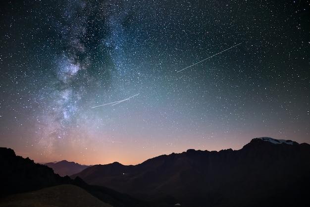 Melkweg en sterrenhemel van grote hoogte in de zomer op de alpen