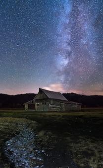 Melkweg in de donkere nacht boven mormon row historic. nationaal park grand teton