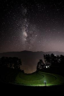 Melkweg met boeren en prachtige rijstterrassen, vietnam datum 01/08/2021