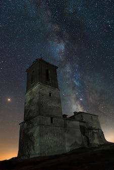 Melkweg op een kerk van toledo, spanje