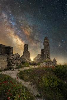 Melkweg op een oud kasteel van cuenca, spanje