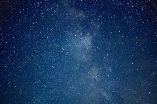 Melkweg sterren ruimtestof in het heelal, foto met lange belichtingstijd, met korrel.