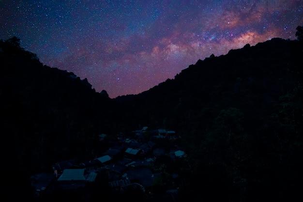 Melkwegmelkweg over oude hut bij nachthemel thailand.