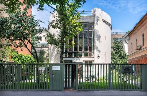 Melnikov museum (huisbijenkorf) in moskou op een zomerochtend