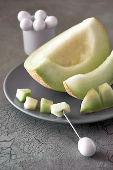 Meloen meloen op grijze plat