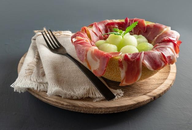 Meloen met luchtgedroogde ham kopie ruimte