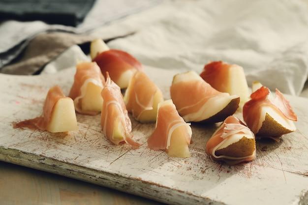 Meloen met serranoham. traditionele spaanse tapas