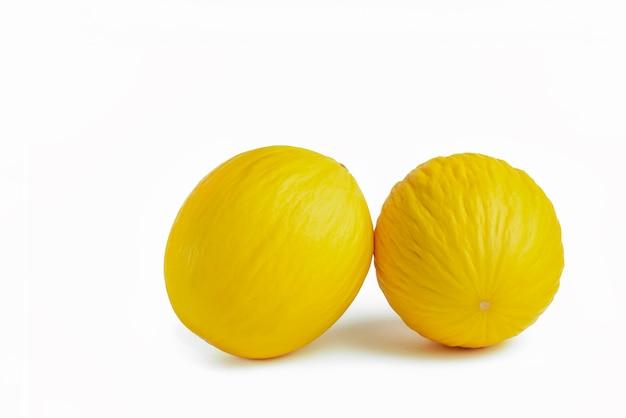 Meloen op een witte achtergrond twee gele meloenen op een wit isolaat voor invoeging in een projectontwerp...