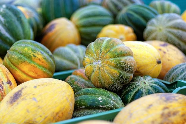 Meloenen geplukt in plastic dozen in de supermarkt