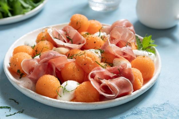 Meloenensalade met meloen, mozzarella en ham