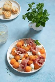 Meloenensalade met meloen, mozzarella en prosciutto-ham