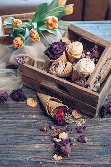 Meloenijs met notenkruimel in houten kisten. rustieke compositie