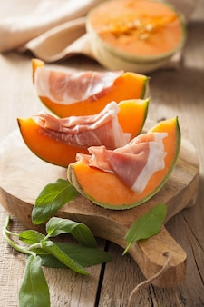 Meloenmeloen met prosciutto. italiaans voorgerecht