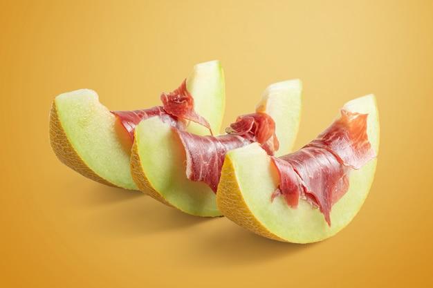 Meloenplakken met luchtgedroogde ham