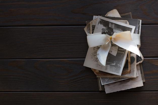 Memory, stack oude familiefoto's op houten muur. lege oude groepsfoto