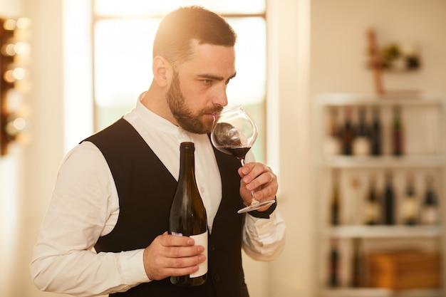 Meneer die wijn drinkt