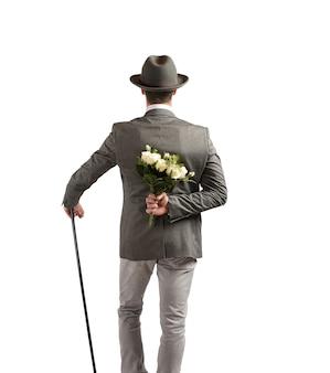 Meneer met een boeket rozen in zijn rug
