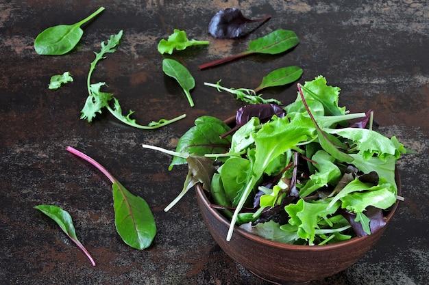 Meng babysalades in een kom. concept van gezonde of dieetvoeding. superfoods eco-voedsel. fitness eten.