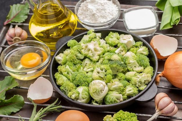 Meng broccoli en spruitjes in de pan.