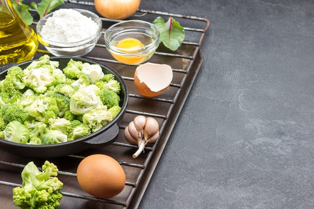 Meng broccoli en spruitjes in de pan