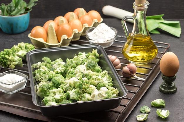 Meng broccoli en spruitjes in metalen voedselpallet.