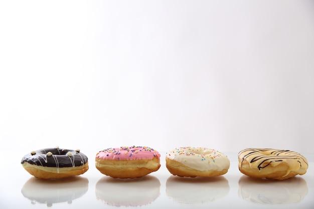 Meng chocolade donut geïsoleerd op een witte achtergrond
