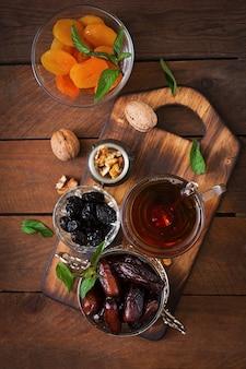 Meng gedroogde vruchten (datum palmvruchten, pruimen, gedroogde abrikozen, rozijnen) en noten, en traditionele arabische thee. ramadan (ramazan) voedsel.