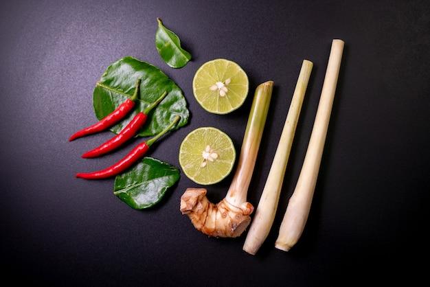 Meng ingrediënten van tom yum goong op zwarte tafel
