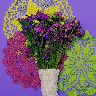 Meng macramé en wilde bloemen. modeontwerp minimaal