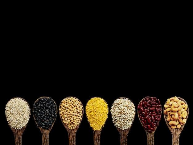 Meng noten op de lepel, gerst, zwarte bonen, sojaboon, mungboon, job-tranen, enz.