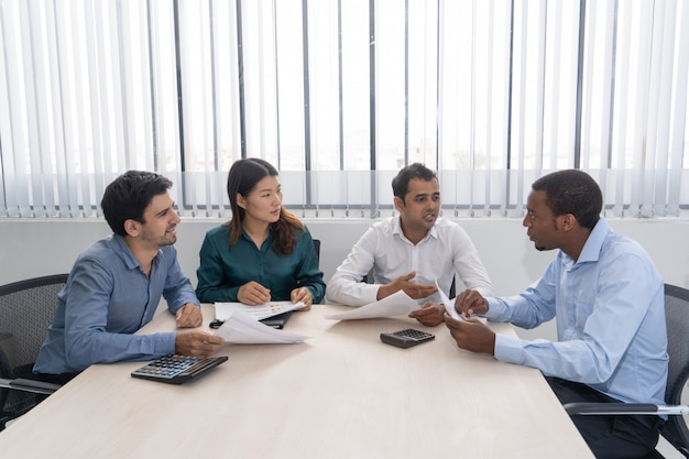 Meng rende partners die in conferentieruimte samenkomen.