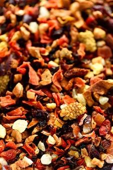 Meng thee-karkade met gedroogde vruchten en bloemen. fruitthee en textuur. bovenaanzicht. voedsel. organische gezonde kruidenbladeren, detox-thee.