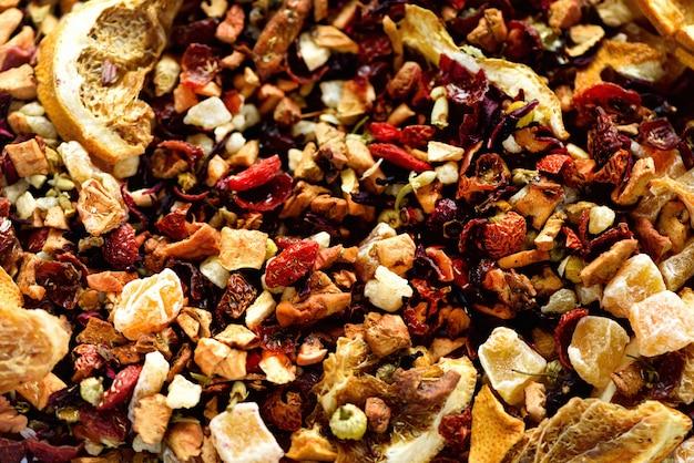 Meng thee-karkade met gedroogde vruchten en bloemen. fruitthee en textuur. voedsel. organische gezonde kruidenbladeren, detox-thee.