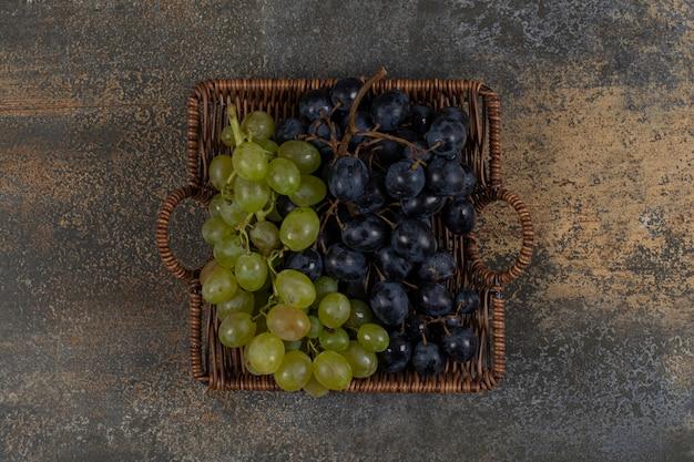 Meng verse druiven in houten mand.