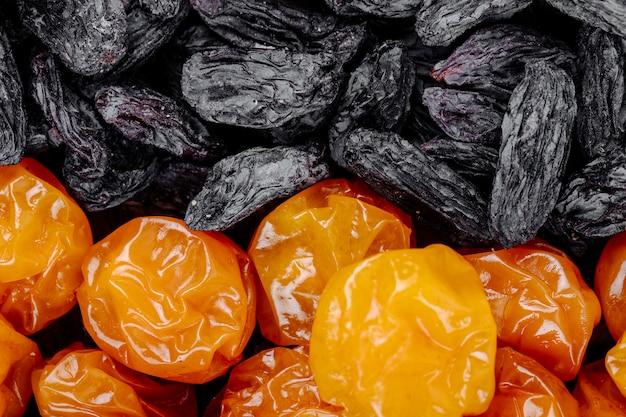 Mengeling van gedroogde vruchten kersen pruimen met zwarte rozijnen close-up