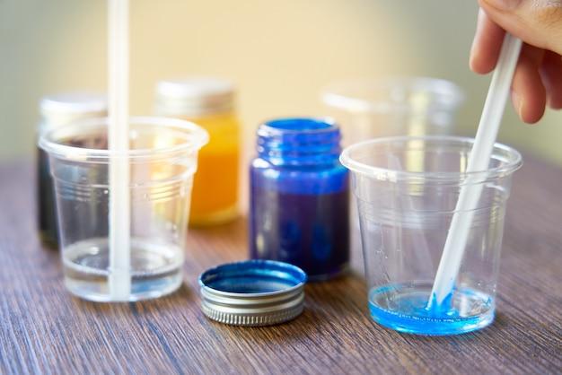 Mengen kleurrijk van harschemicaliën in plastic beker, proces om accessoire van hars te maken