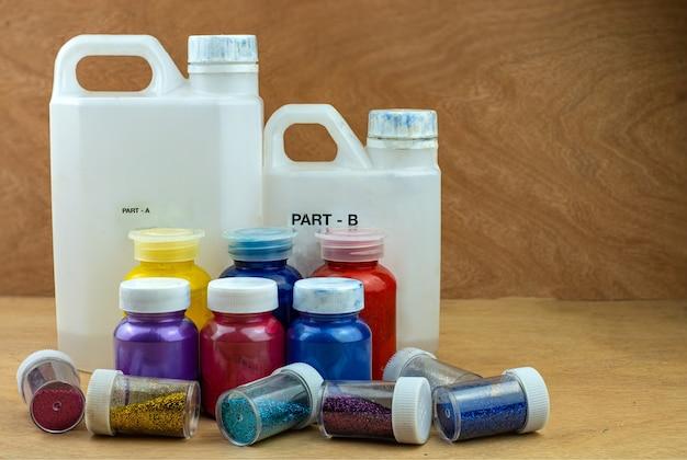 Mengkleur epoxyhars in plastic beker voor gieten stabiliserend hout en dennenappel hybride