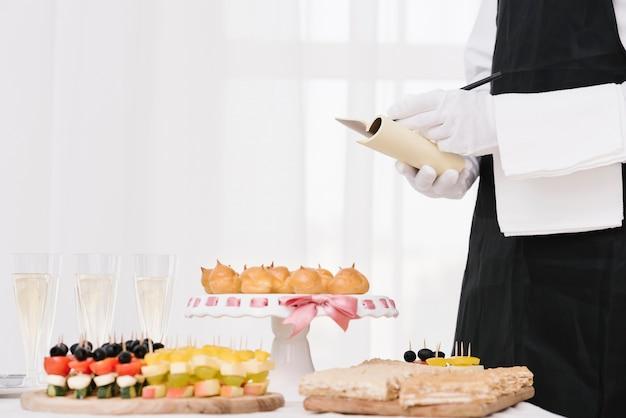 Mengsel van snacks en drankjes op tafel