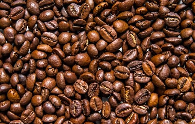 Mengsel van verschillende soorten koffiebonen. koffie achtergrond. geroosterde koffiebonen. koffiebonen geïsoleerd op een witte achtergrond