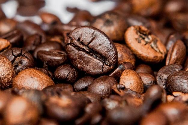 Mengsel van verschillende soorten koffiebonen. koffie achtergrond