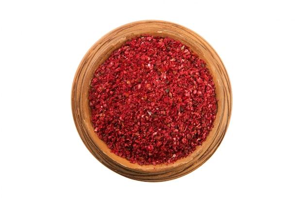 Mengsels van paprika's in een glanzende kop die op een witte achtergrond wordt geïsoleerd