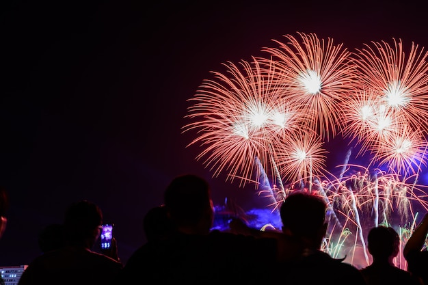 Menigte kijkt naar vuurwerk en viert opgerichte stad.