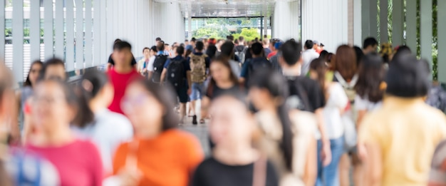 Menigte van anonieme mensen die op de stadsstraat lopen