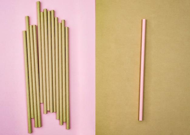 Menigte van bruine rietjes en roze stro