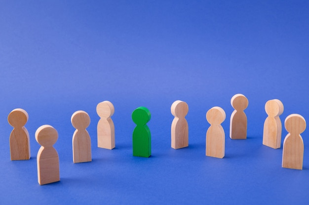 Menigte van houten gezichtsloze mensen vormt een speciale milieuvriendelijke kerel