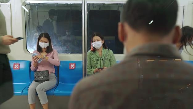 Menigte van mensen die gezichtsmaskers dragen