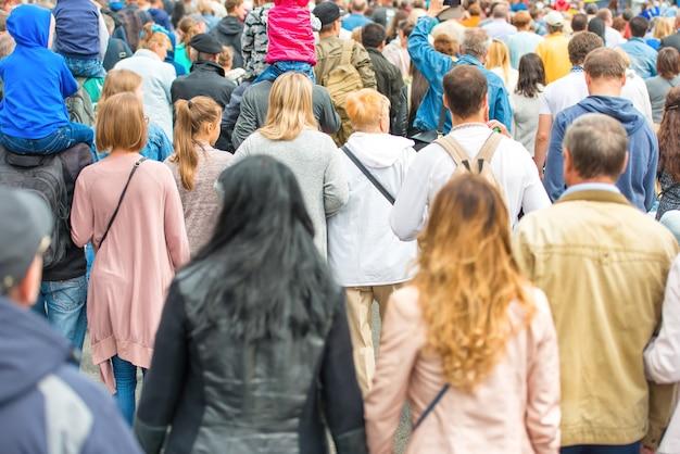 Menigte van mensen die op de stadsstraat lopen