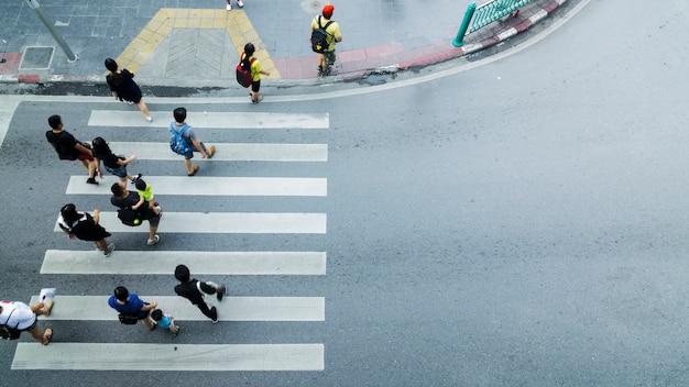 Menigte van mensen lopen op straat voetgangers kruispunt in de stad straat