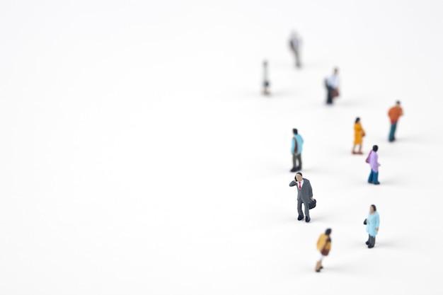 Menigte van miniatuurmensen in de stad